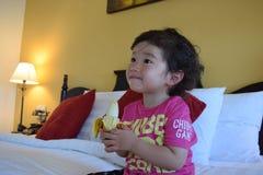 Мальчик есть мой любимый банан Стоковое фото RF