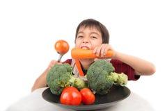 Мальчик есть овощ Стоковое фото RF