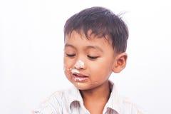 Мальчик есть торт стоковое изображение