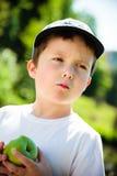 Мальчик есть яблоко Стоковое фото RF