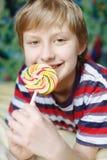 Мальчик с lollipop Стоковая Фотография