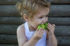 Мальчик ест зеленые яблока Стоковое Фото