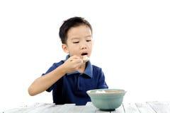 Мальчик ест рис Стоковые Фотографии RF
