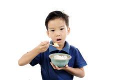 Мальчик ест рис Стоковое фото RF