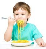Мальчик ест спагетти стоковая фотография rf