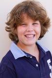 Мальчик 10 лет старый усмехаться на камере Стоковое Изображение