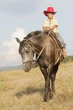 Мальчик ехать лошадь на ферме outdoors стоковые изображения
