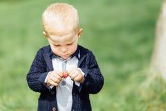 Мальчик делает пузыри с его матерью на парке Стоковая Фотография RF