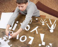Мальчик делает origami - автомобиль и семья, дети, родитель, я тебя люблю текст, взгляд сверху на деревянной предпосылке Стоковое Изображение