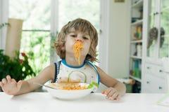 Мальчик делая беспорядок Стоковое Фото