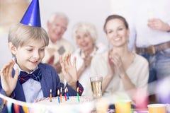 Мальчик делая желание дня рождения стоковое фото