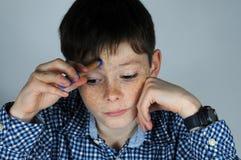 Мальчик делая домашнюю работу математик Стоковые Изображения
