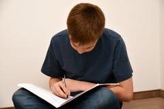 Мальчик делая домашнюю работу математик Стоковое фото RF