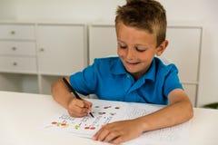 мальчик делая домашнюю работу стоковые фотографии rf
