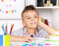 мальчик делая домашнюю работу Стоковое Фото