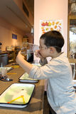 Мальчик делая пузырь мыла стоковое фото rf