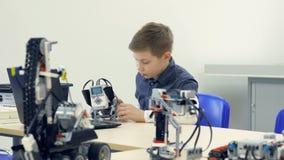 Мальчик делая робот Конец-вверх steadicam 4K видеоматериал