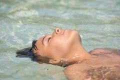 Мальчик делая смерть в воде стоковое изображение rf