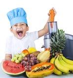 Мальчик делая фруктовый сок Стоковое Фото
