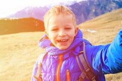 Мальчик делая selfie пока перемещение в горах Стоковая Фотография