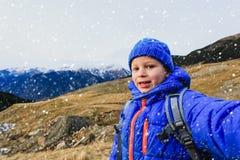 Мальчик делая selfie пока перемещение в горах Стоковые Изображения RF