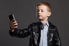 Мальчик делая selfie Смешной ребенок с телефоном маленький фотограф Стоковая Фотография