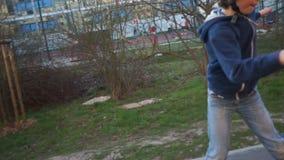Мальчик едет на скейтборде сток-видео