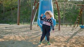 Мальчик едет скольжение на спортивной площадке акции видеоматериалы