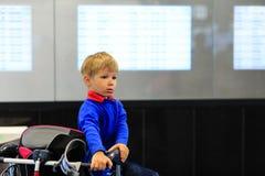 Мальчик ждать в авиапорте Стоковые Изображения