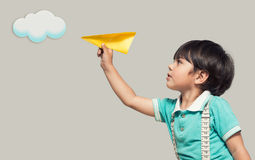 Мальчик запускает бумажный самолет стоковые изображения rf