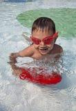 Мальчик заплывания в бассейне стоковое изображение rf