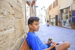 Мальчик зеленых глаз с колесом велосипеда Стоковые Изображения RF