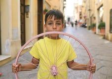 Мальчик зеленых глаз с колесом велосипеда Стоковое Изображение RF