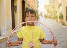 Мальчик зеленых глаз с колесом велосипеда Стоковые Изображения