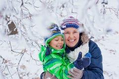 Мальчик зимы с матерью Стоковое фото RF
