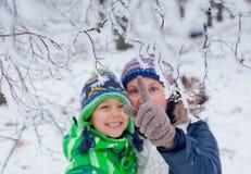 Мальчик зимы с матерью Стоковое Изображение RF