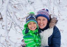 Мальчик зимы с матерью Стоковые Фото