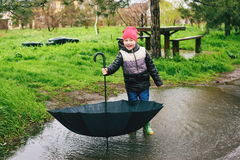 Мальчик играет в дожде Стоковая Фотография