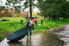 Мальчик играет в дожде Стоковые Фото