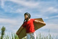 Мальчик играет в пилоте самолета Стоковые Изображения