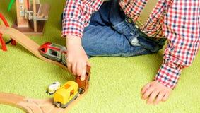 Мальчик играет железную дорогу Стоковая Фотография RF