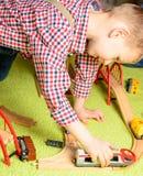 Мальчик играет железную дорогу Стоковое Изображение