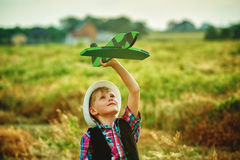 Мальчик играет с самолетом Стоковые Изображения RF