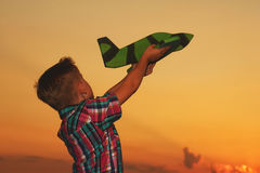 Мальчик играет с самолетом Стоковые Фотографии RF