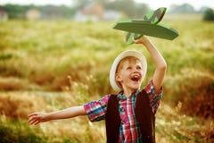 Мальчик играет с самолетом Стоковые Фото