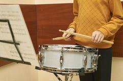 Мальчик играя барабанчик Стоковая Фотография