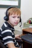 Мальчик играя видеоигры на компьютере Стоковая Фотография RF