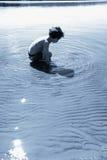 Мальчик играя в воде Стоковые Фотографии RF