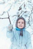 Мальчик играя в лесе зимы Стоковое Изображение RF