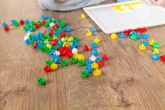 Мальчик играя в мозаике стоковые изображения rf